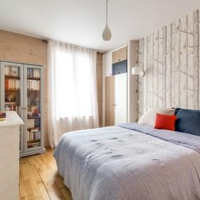 Уютная спальня с отделкой стен обоями