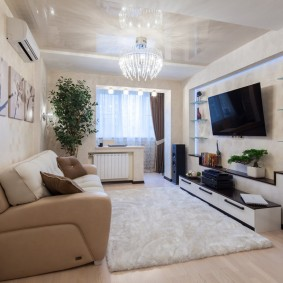 Светлый ковер в гостиной комнате с балконом