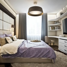 Большой телевизор напротив кровати в спальне