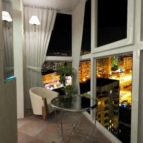 Шикарный вид на ночной город с панорамного балкона