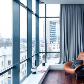 Декор шторами панорамных окон балкона