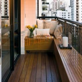 Деревянная лавочка на открытом балконе