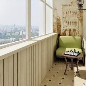 Дизайн узкого балкона с фреской на стене