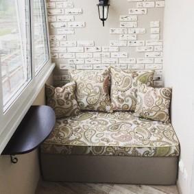 Удобный диванчик на балконе квартиры