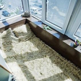 Спальное ложе на светлом балконе