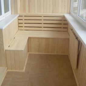 Деревянная скамейка на балконе с отоплением