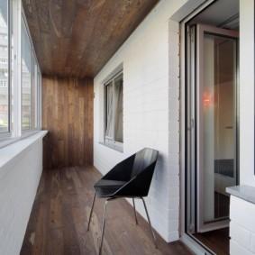 Красивая отделка потолка балкона
