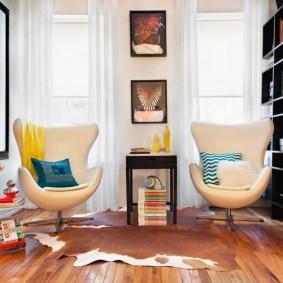 Два мягких стула вместо дивана в маленькой гостиной