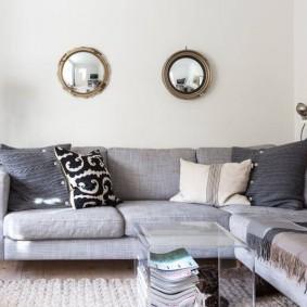 Декор небольшими зеркалами стены над диваном