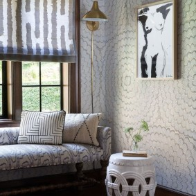 Римская штора над диваном возле окна