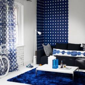 Синий ковер в светлой гостиной