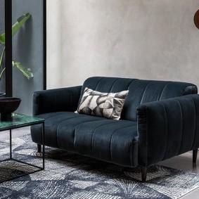 Темный диван в маленькую гостиную