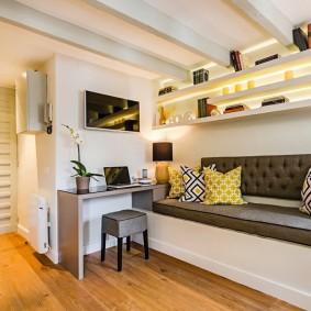 Беленные балки на потолке в гостиной