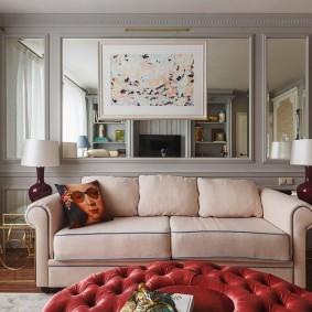 Зеркальные вставки на стене за диваном