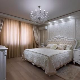 Стеклянная люстра над кроватью супругов