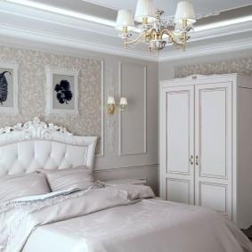 Светлый шкаф в углу спальной комнаты