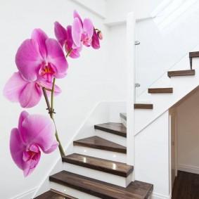 Красивые обои на стене вдоль лестницы