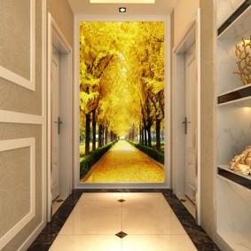 Длинный коридор с ярким декором