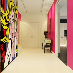 Яркие обои в коридоре современного стиля