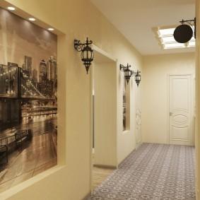Длинный коридор с бежевой отделкой