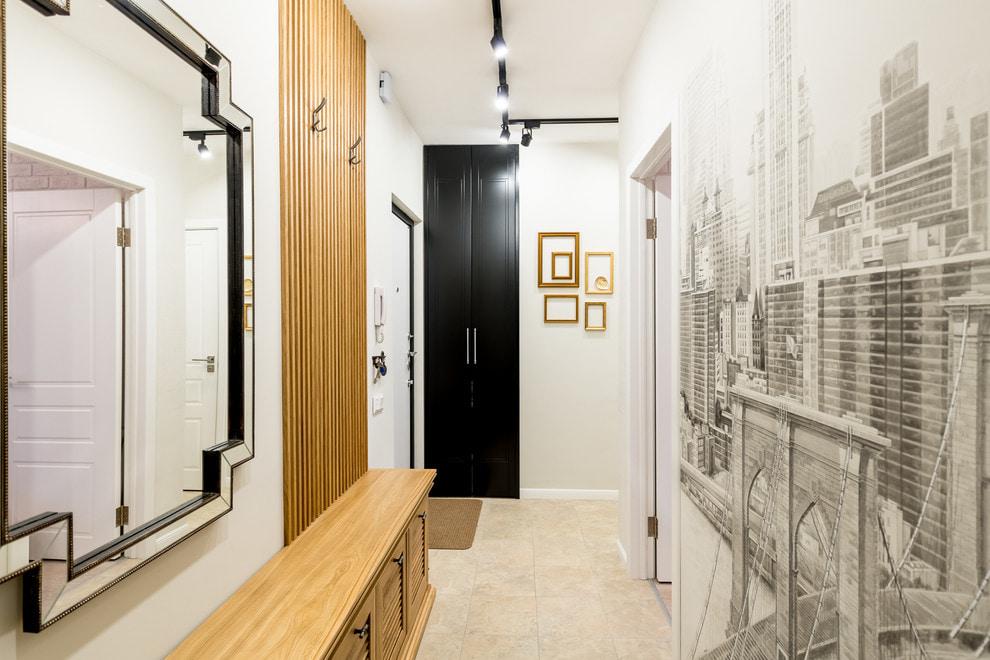 Фотообои с мегаполисом на стене в коридоре