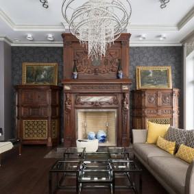 Деревянная мебель с резьбой в интерьере гостиной