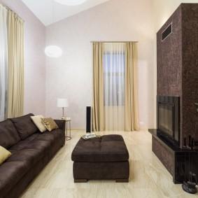 Темно-коричневый диван с удобной спинкой