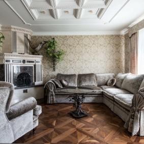 Угловой диван на паркетном полу в зале