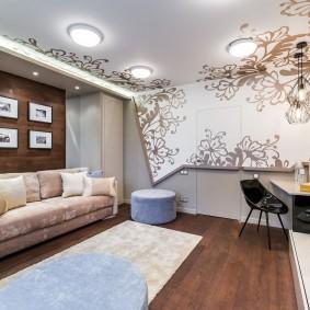 Оригмнальная отделка стен и потолка в гостиной
