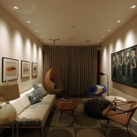 Освещение узкой гостиной встроенными светильниками