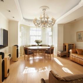 Дизайн гостиной комнаты с окном в эркере