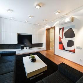 Темная мебель в светлой комнате