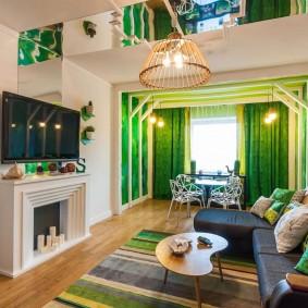 Зеленые шторы на окне в гостиной комнате