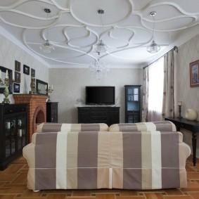 Замысловатые узоры на белом потолке