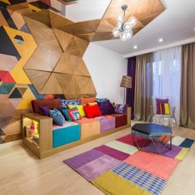 Яркий декор стены в гостиной современного стиля