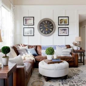 Большие часы на стене над диваном