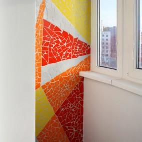 Декор стены балкона колотой плиткой