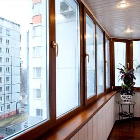 Деревянные рамы на теплом балконе