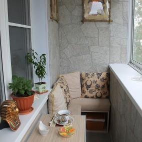 Декор камнем стены на застекленном балконе