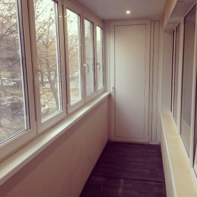 Пластиковая дверь на теплом балконе