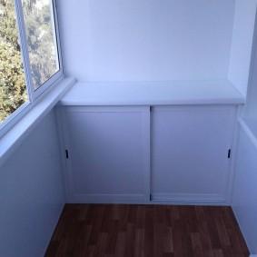 Шкафчик с раздвижными дверцами на теплом балконе
