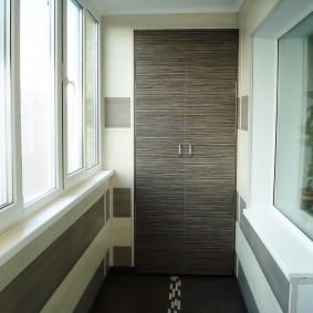 Распашной шкаф для хранения вещей на балконе
