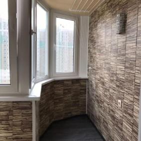 Красивая отделка балкона природным камнем