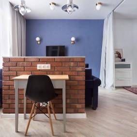 Невысокая кирпичная перегородка в однокомнатной квартире