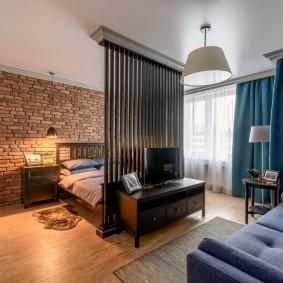 Кирпичная стена в спальной зоне квартиры