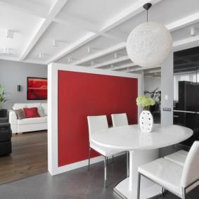Красная перегородка в однокомнатной квартире