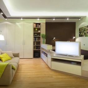Спальное ложе на подиуме в гостиной