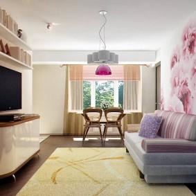 Яркие фотообои над диваном в зале
