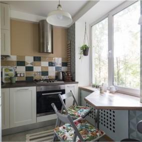 Стол вместо подоконника в маленькой кухне