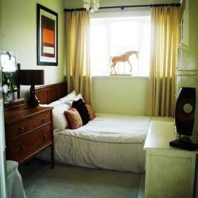 Маленькая спальня с кроватью у окна